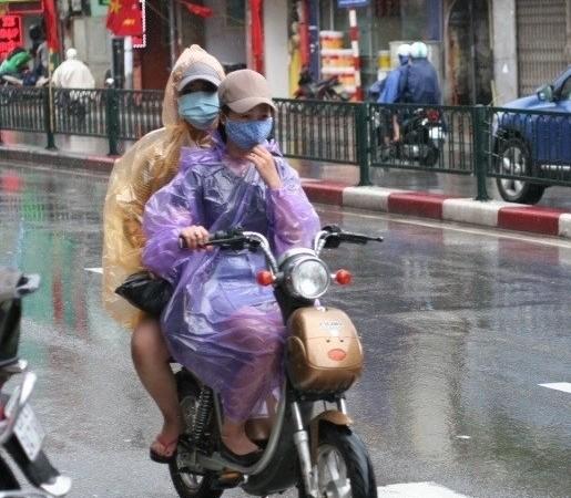 Đi xe đạp điện dưới trời mưa